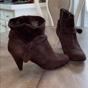 Nine West- brown suede booties